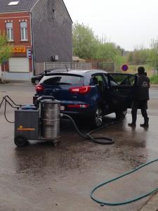 De auto wordt gewassen