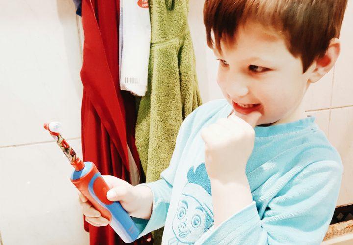 10 tips om je kleuter wél zijn tanden te laten poetsen