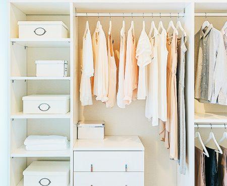 Lenteschoonmaak in je eigen kleerkast? Onmisbare tips om ruimte te creëren in je kast én in je hoofd
